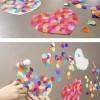 Des cœurs recouverts de confettis collés